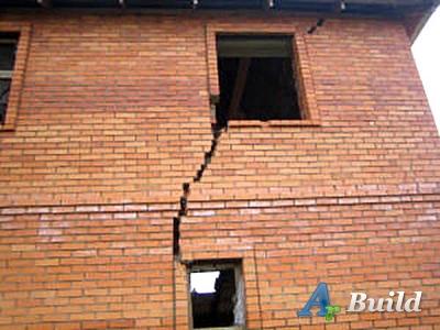 Деформационный шов при осадке отдельных частей здания.